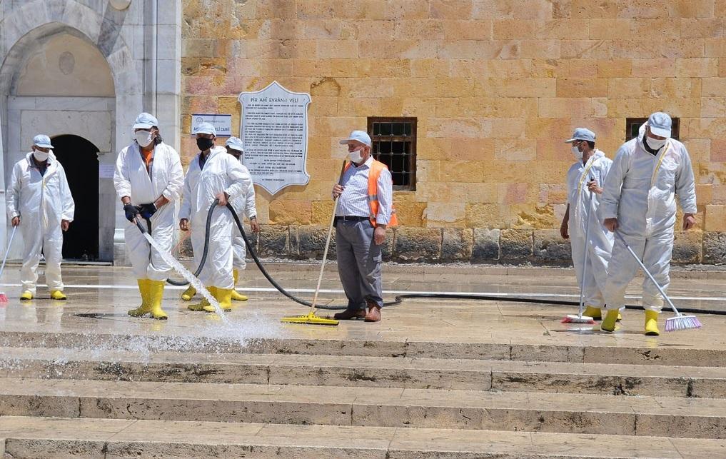 Kırşehir Belediyesi Camileri Dezenfekte Etti