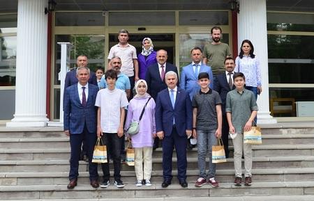 Vali Akın LGS'de Dereceye Giren Öğrencileri Ödüllendirdi